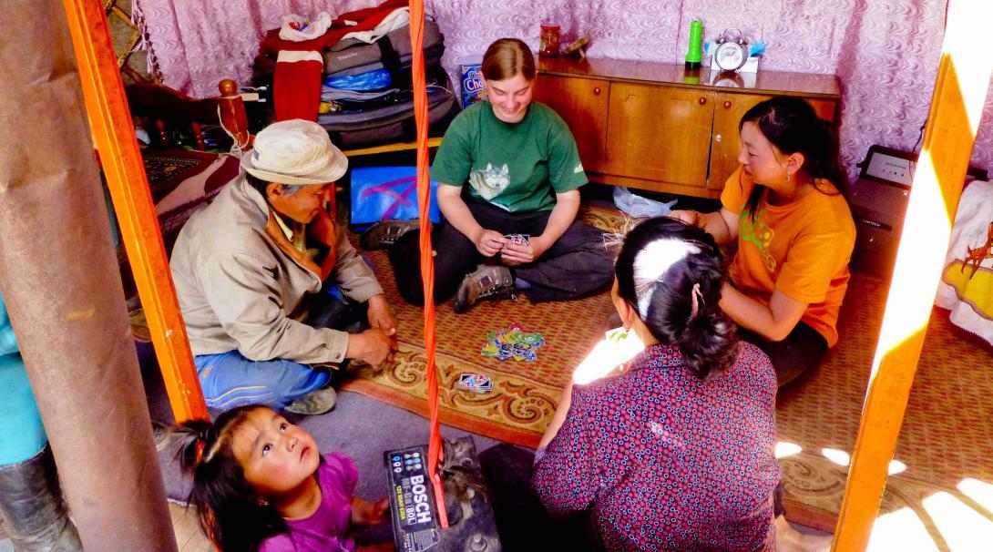 Voluntaria de Projects Abroad jugando a las cartas.